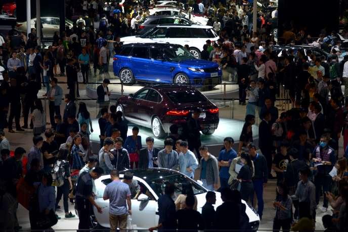 Des visiteurs dans les allées du 16e salon de l'automobile à Shanghaï, le 23 avril 2015.