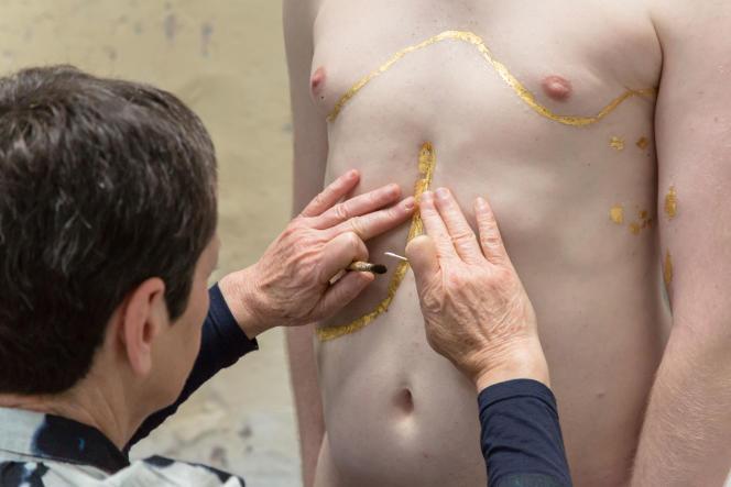 Hélène Gugenheim, performance «Mes cicatrices, je suis d'elles, entièrement tissé.e», Antoine, 2016. Dorure : Martine Rey.