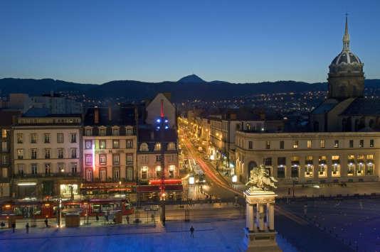 « L'autre quartier valeur sûre de la ville se situe aux abords de la place de Jaude, dont les tarifs moyens à l'achat oscillent entre 2 000 et 2 400 euros/m2 » (Photo: place de Jaude, Clermont-Ferrand).