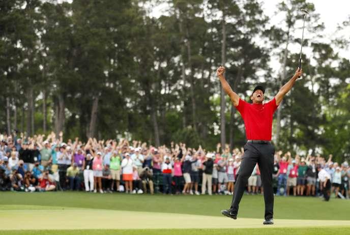 Le 14 avril à Augusta, aux Etats-Unis, le golfeur Tiger Woods célèbre sa victoire aux Masters.
