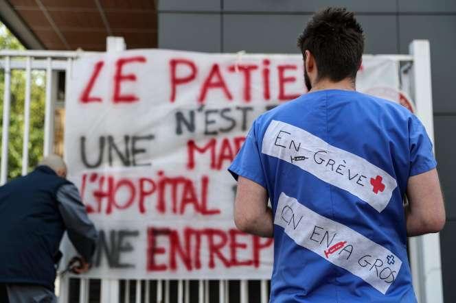 Les soignants des services d'urgence de plusieurs hôpitaux parisiens sont engrève, comme ici, à laPitié-Salpêtrière, le 15 avril.