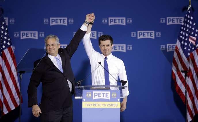 Le maire d'Austin (Texas) Steve Adler (à gauche), présente Pete Buttigieg (à droite), le 14 avril, à South Bend (Indiana).