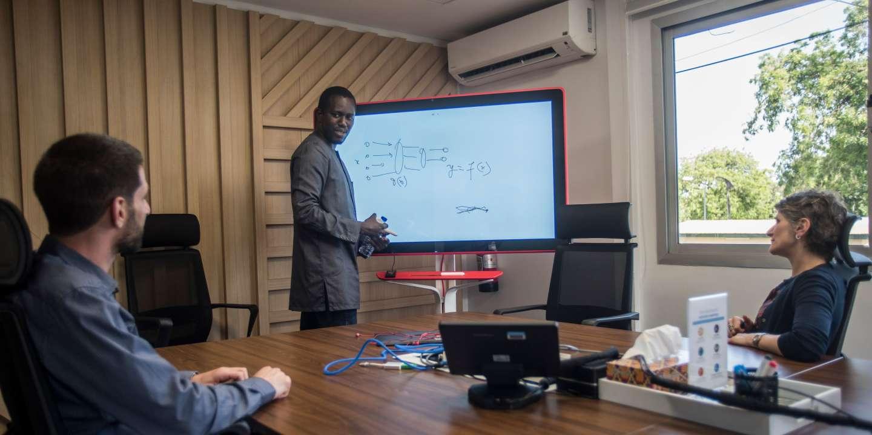 Le groupe américain ouvre un laboratoire d'intelligence artificielle dans la capitale Accra et voit, comme Facebook, l'Afrique comme un marché prometteur.