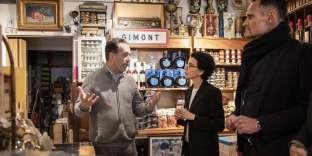 La maire du 7e arrondissement de Paris, en pleine campagne électorale, échange avec un commerçant, rue de Rivoli, le 12 avril.