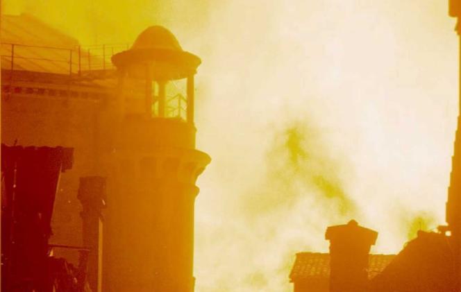 Les flammes ravagent le théâtre de la Fenice de Venise, le 29 janvier 1996.