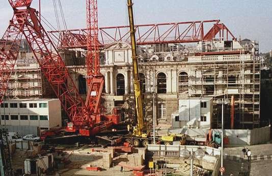 Le Parlement de Bretagne à Rennes, ravagé par un incendie en février 1994, reçoit, depuis le 11 mars, ses nouvelles charpentes métalliques destinées à remplacer l'antique structure en chêne fabriquée au XVIIesiècle par les charpentiers de Saint-Malo.