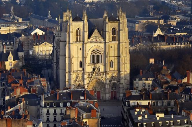 Tout comme celle de Notre-Dame de Paris, la toiture de la cathédrale de Nantes a été détruite à cause des travaux qui s'y déroulaient.