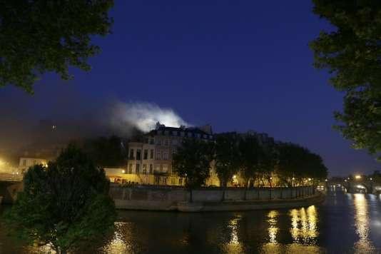 L'incendie de l'hôtel Lambert, vu depuis l'autre côté de la Seine, à Paris, le10juillet2013.