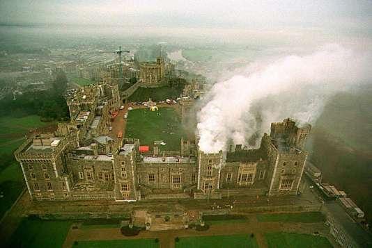 Vue aérienne du château de Windsor, toujours fumant le 21novembre1992, aulendemain de l'incendie.