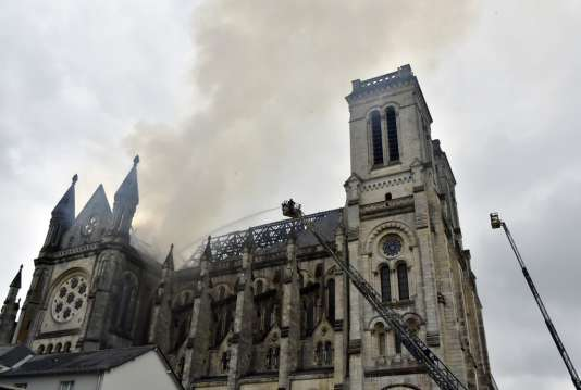 La charpente de la basilique a quasi été détruite par les flammes de l'incendie, le15juin2015.