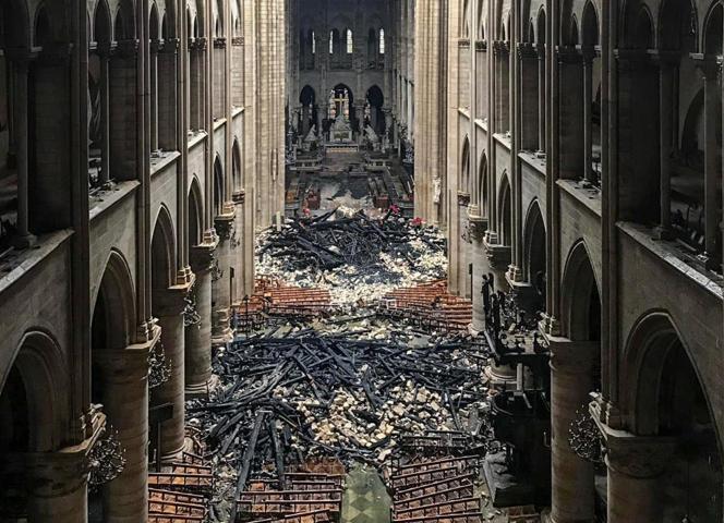 L'incendie de Notre-Dame provoque un élan de solidarité sans précédent et les promesses de dons affluent pour rebâtir le monument, atteignant au moins 800 millions d'euros. La barre du milliard devrait être facilement franchie.