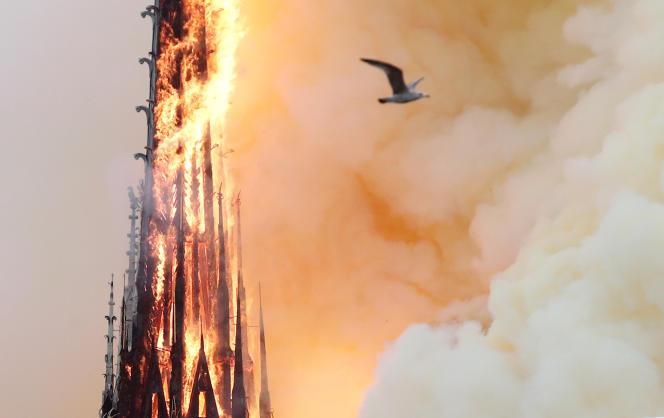 La flèche de la cathédrale Notre-Dame de Paris, en feu, quelques minutes avant de s'effondrer, le 15 avril.