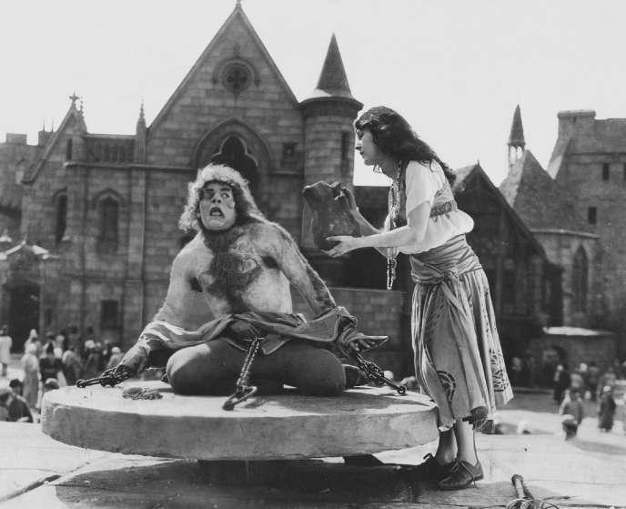 Lon Chaney, dans le rôle de Quasimodo, et Patsy Ruth Miller, dans le rôle d'Esmeralda, dans «Le Bossu de Notre-Dame» (1923).