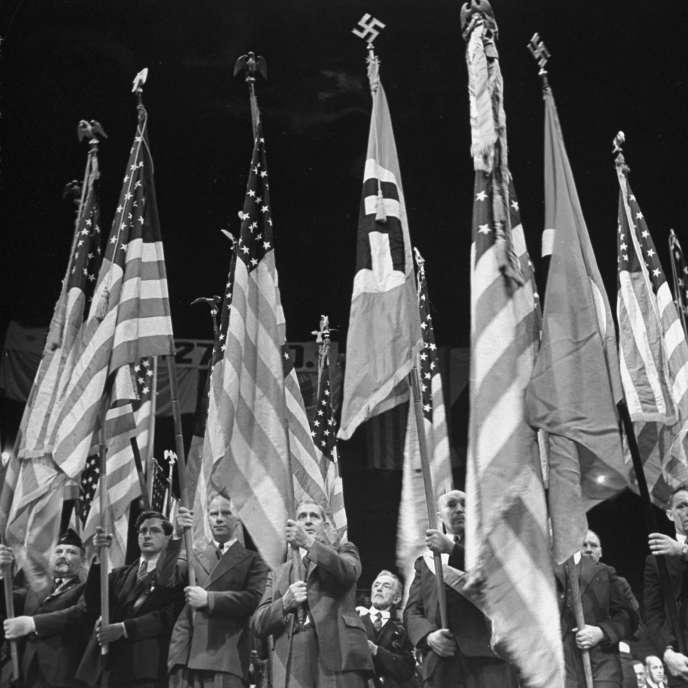 Drapeaux américains et nazis côte à côte à Madison Square Garden, New York, en 1938.