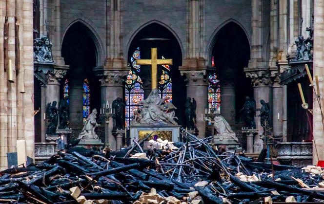 Les débris à l'intérieur de la cathédrale Notre-Dame de Paris, au lendemain de l'incendie, le 16 avril.