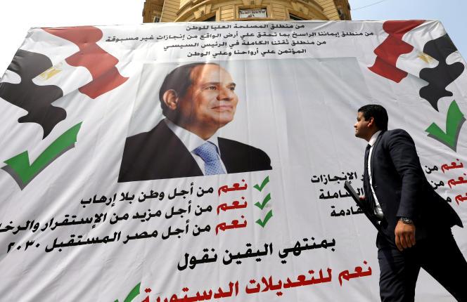Au Caire, le 16 avril, une banderole appelant à voter oui au référendum voulu par le président Sissi.