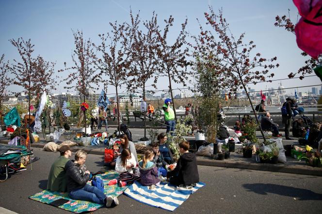Des militants écologistes bloquent le pont de Waterloo lors d'une manifestation à Londres, le 15 avril.