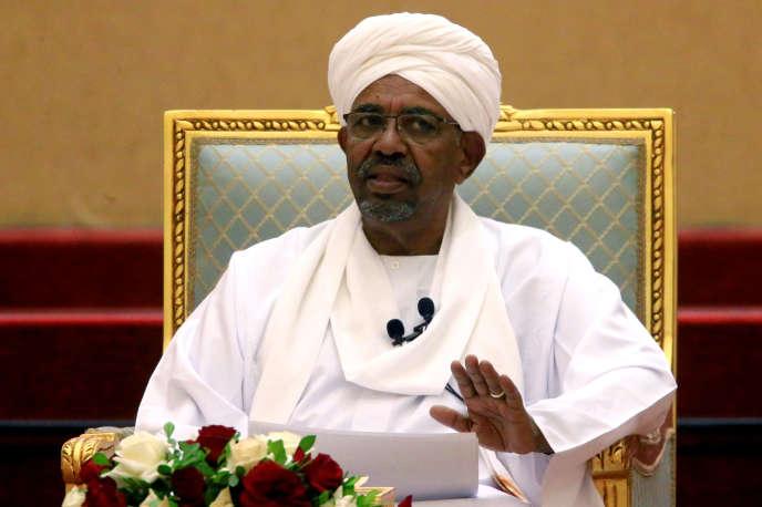 Omar Al-Bachir, l'ancien président soudanais, lors d'un meeting au palais présidentiel, le 5 avril, à Khartoum,
