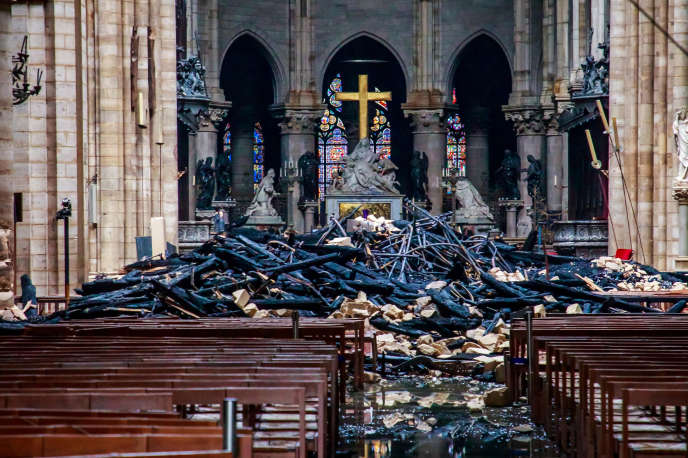La nef de Notre-Dame de Paris au lendemain de l'incendie du 15 avril 2019.