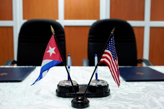Les drapeaux cubains et américains à Cuba en 2017.