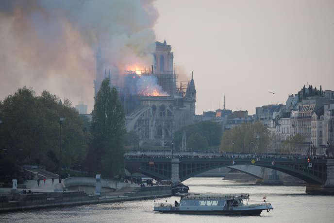 La cathédrale Notre-Dame en feu, le 15 avril 2019 à Paris, sur l'île de la Cité.