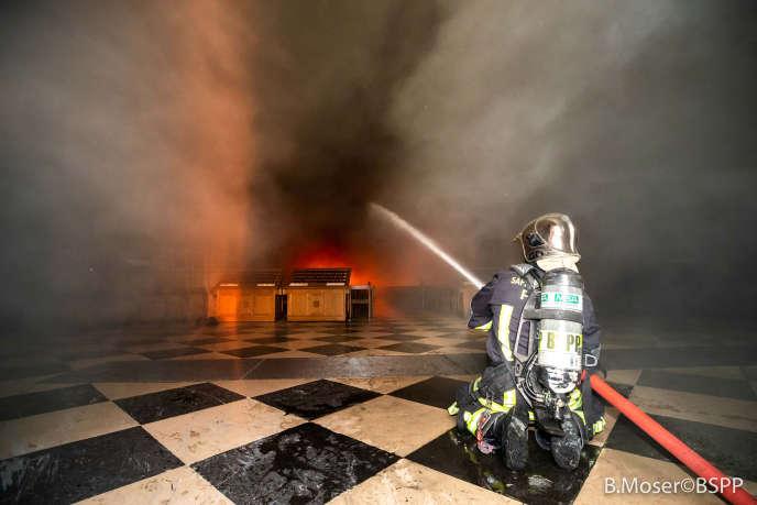 Un membre de la brigade des sapeurs pompiers de Paris luttant contre l'incendieà l'intérieur de la cathédrale, lundi 15 avril.
