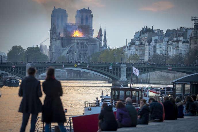 Pendant l'incendie de la cathédrale Notre-Dame de Paris, lundi 15 avril 2019.