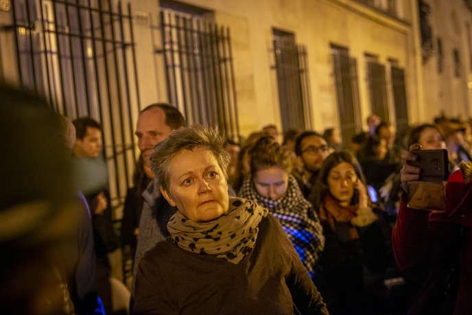 Beaucoup de tristesse dans les yeux et le cœur des passants, le 15 avril, devant la cathédrale Notre-Dame de Paris, qui brûle.