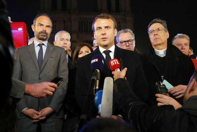 Emmanuel Macron s'adressant à la presse sur le parvis de Notre-Dame, le 15 avril.