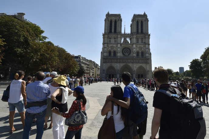 Des touristes font la queue devant Notre-Dame de Paris, en août 2016.