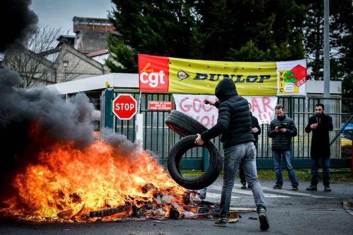 Grève d'employés de l'usine Goodyear Dunlop de Montluçon (Allier), le 31 janvier.