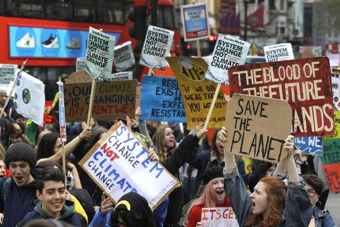 """Demonstration in London on the first day of an """"International Week of Rebellion"""" to denounce the climate crisis on April 12."""