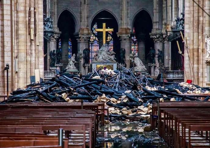 Vue de l'intérieur de Notre-Dame, mardi 16 avril, au lendemain de l'incendie qui a frappé la cathédrale.