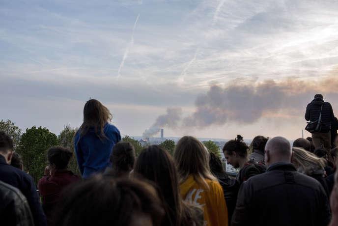 Des centaines de personnes se sont rassemblées devant le Sacré-Cœur pour observer l'incendie ravageant Notre-Dame ou pour prier, le 15 avril.