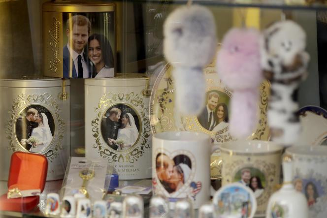 Des objets à l'effigiede Harry et Meghan dans un magasin de Windsor, au Royaume-Uni, en avril 2019.