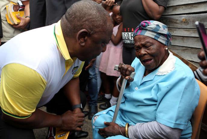 Cyril Ramaphosa mangga buka pamilihan dina Township of Khayelitsha, deukeut Cape Town on Pébruari 27 2019.