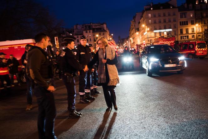 La présidente de la region Île-de-France Valérie Pécresse vient saluer des policiers sur le parvis de la cathédrale Notre-Dame de Paris, le 15 avril.