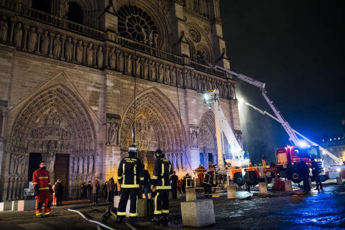 Les pompiers luttent contre les flammes à Notre-Dame de Paris, mardi 16 avril.