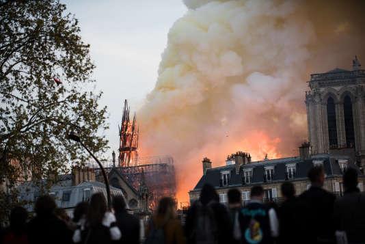 Depuis le parvis de l'hôtel de Ville, de nombreuses personnes regardent l'incendie de la cathédrale, lundi 15 avril.