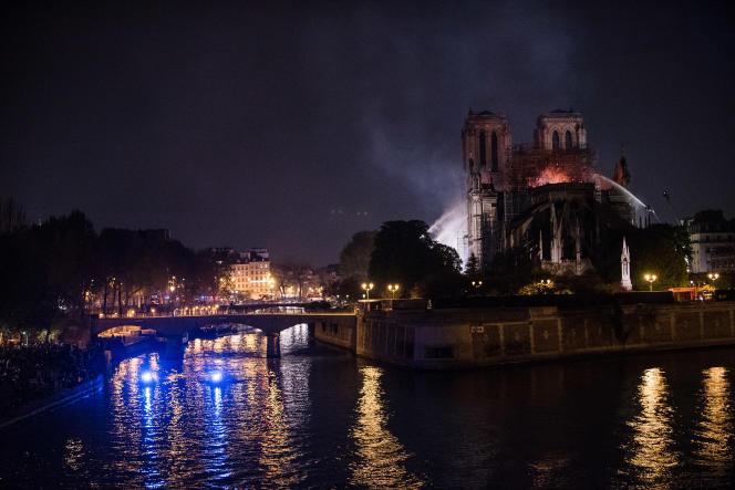 La cathédrale en feu, le soir du 15 avril 2019.