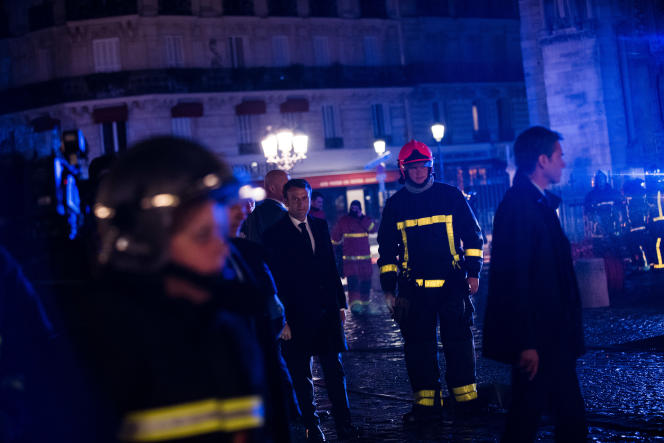Emmanuel Macron sur le parvis de la cathédrale Notre-Dame de Paris, en proie à un incendie, auprès des pompiers, le 15 avril.