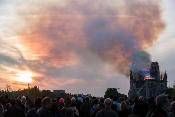 L'émotion était vive sur les bords de Seine alors que les Parisiens assistaient à l'incendie de la cathédrale Notre-Dame, le 15 avril.
