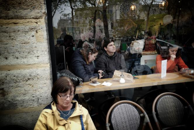 Dans un café devant la cathédrale Notre-Dame, mardi 16 avril.