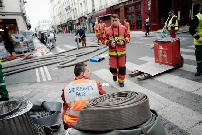 Un pompier fait une pause devant la cathédrale Notre-Dame, le 16 avril.