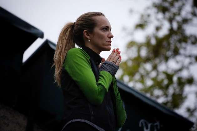 Une joggeuse s'est arrêtée pour se recueillir sur les quais de Seine, au petit matin.
