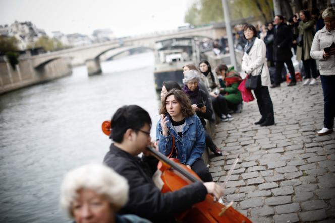 Sur les quais de la Seine aux abords de la cathédrale Notre-Dame de Paris, au lendemain de l'incendie, le 16 avril.