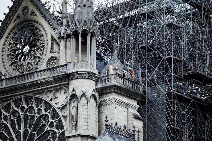 Des pompiers étaient toujours à l'œuvre sur la cathédrale, mardi 16 avril au matin.