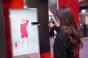 Une employée du géant chinois JD.com présente un système qui permet d'essayer virtuellement les vêtements, à Las Vegas (Nevada), le 8 janvier.