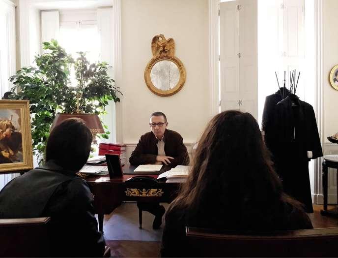 Les deux jeunes femmes agressées, dans le bureau de leur avocat, Gabriel Versini, àLyon, le 30 mars.