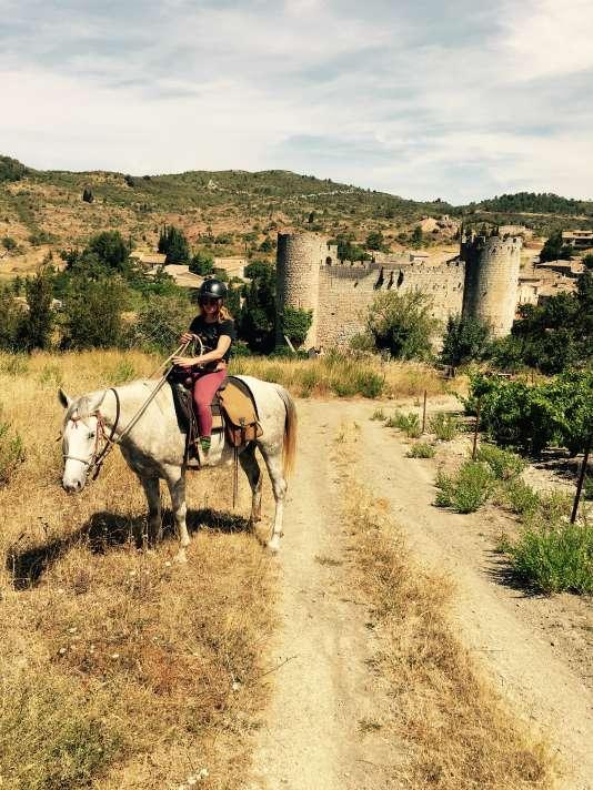 Balade à cheval jusqu'au château de Villerouge-Termenès (Aude), dans les Corbières.